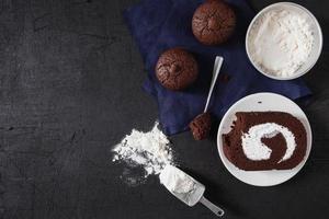 chocoladetaart en koekjes