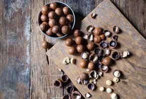 biologische macadamia noten op een houten tafel