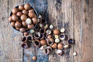 macadamia noten met schelpen in een kom