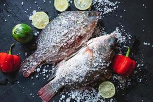 verse tilapia-vissen met zout en kruiden foto