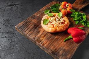 pizza op houten pizza bord foto