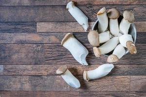 verse champignons in een kopje foto