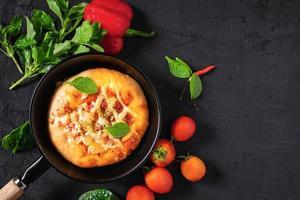 pizza in de pan foto