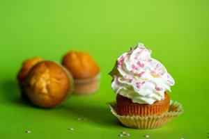 cupcake met stapel suikerglazuur foto