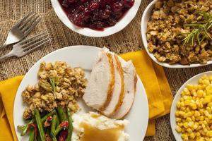 zelfgemaakte traditionele kalkoen thanksgiving diner foto
