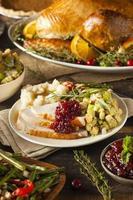 zelfgemaakte thanksgiving kalkoen op een bord foto