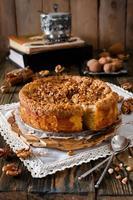stuk appeltaart met walnoot en suikerglazuur foto