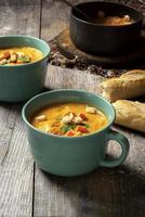 verse sqaush soep op een rustieke tafel foto
