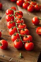 rauwe biologische rode kerstomaatjes foto
