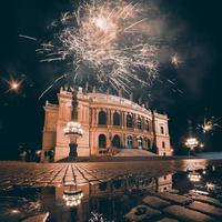 vuurwerk boven het operagebouw van Praag