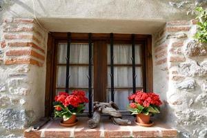 raam van een middeleeuws huis foto