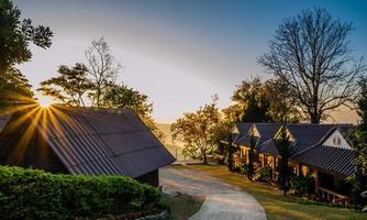 huizen op de heuvel onder zonneschijn