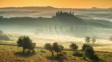 Toscaans huis op de mistige heuvels