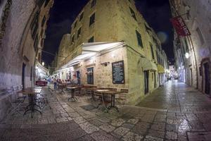 uitzicht op de straat van Dubrovnik op zomernacht foto