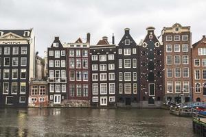 typische huizen aan de rivier in amsterdam foto
