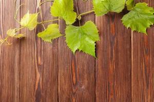 wijnstok op houten tafel