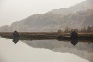 houten huis aan het water foto