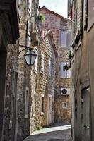 straat in het oude centrum van budva, montenegro