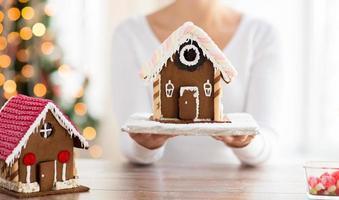 close-up van vrouw met peperkoek huis foto