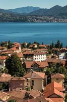 luchtfoto van huizen in cannero riviera foto