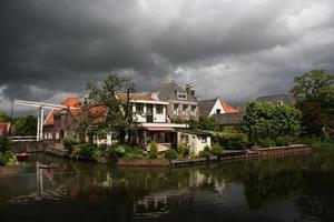 huis aan de rivier in edam, holland foto