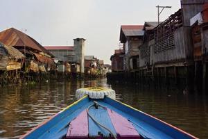 rondvaart door de grachten in Borneo foto