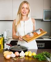 huisvrouw koken van zalm foto
