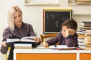 schooljongen leert met de leraar.