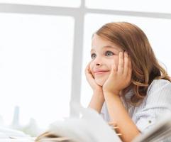 student meisje schrijven in notitieblok op school