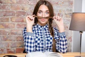vrouw die een snor met haar haar maakt