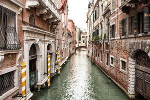 smalle Venetiaanse gracht omzoomd met gebouwen