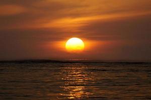zonsopgang op het strand van Geger, het eiland van Bali, Indonesië foto
