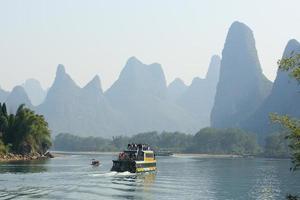 schilderachtige Guilin via de Li-rivier foto