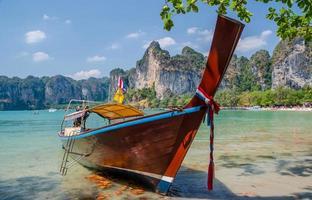 houten boot op zee foto