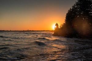 surfen bij de zonsondergang