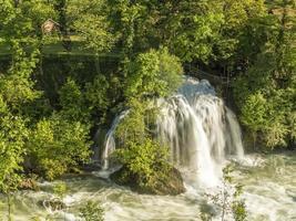 rastoke, met de rivier en watervallen foto