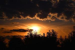 prachtige zonsondergang op het meer