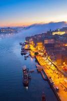 dijk in de oude stad van porto, portugal