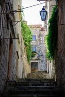 kleine straat van Dubrovnik met trappen