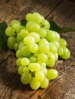 groene druiven op oude houten tafel foto