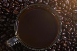 mok koffie op koffiebonen foto