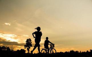 silhouet van twee personen foto