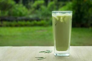 zelfgemaakte matcha ijsthee met melk foto