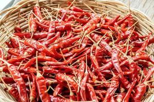 gedroogde paprika's in een rieten mand foto