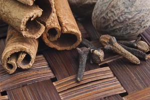 kaneel kruidenstokjes op een houten bord close-up foto