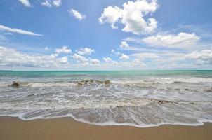 rustig wit zandstrand aan zee andaman foto