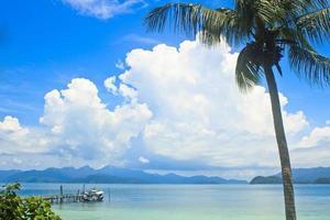 blauwe hemel zeegezicht eiland foto