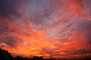 avondrood boven nicosia, cyprus stadsgezicht