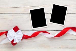 fotolijsten en geschenkdoos met linten foto