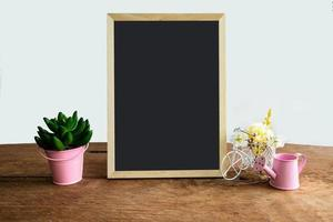 plankdecoratie met frame en bloem op witte achtergrond foto